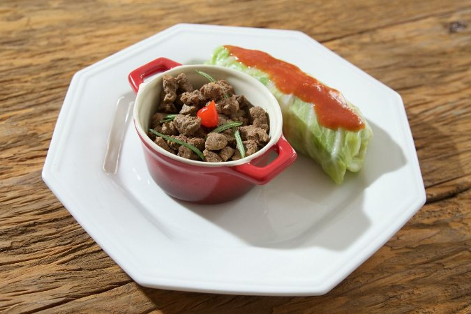 Picadinho de filé mignon e charuto de repolho com legumes - 250g