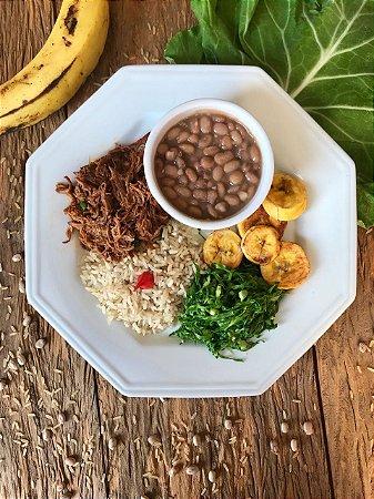 Menu 52 - Carne desfiada, arroz integral, feijão, couve e banana da terra - 350g