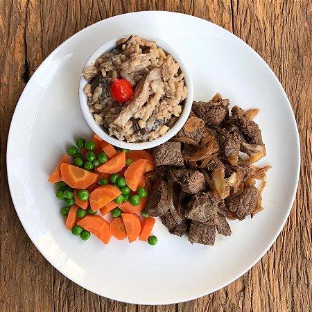 Picadinho de filé mignon acebolado, risoto light de cogumelos e cenoura com ervilhas 300g