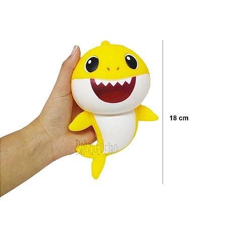 Brinquedo Baby Shark 18cm Amarelo Com Som e Luz