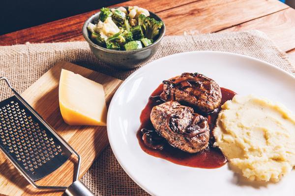 Filé Mignon Ao Molho Madeira + Purê de Batata + Legumes 450g | Porção Individual | Produto congelado e acondicionado a vácuo