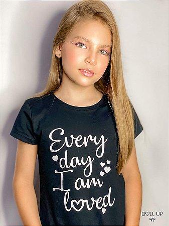 """Camiseta """"Every day I am loved """" manga curta menina"""