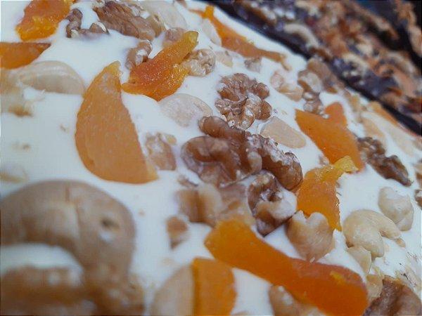 Barra de chocolate branco com castanhas, frutas secas e damasco
