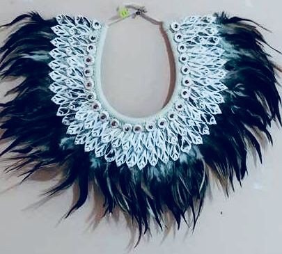 necklace mop feather black/white rhinoclavis vertagus - unid