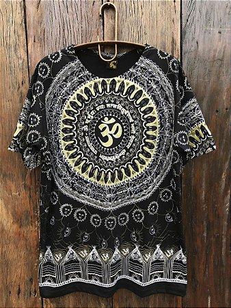 Camiseta Indiana Masculina Mandala Mantra Om Preta e Dourada
