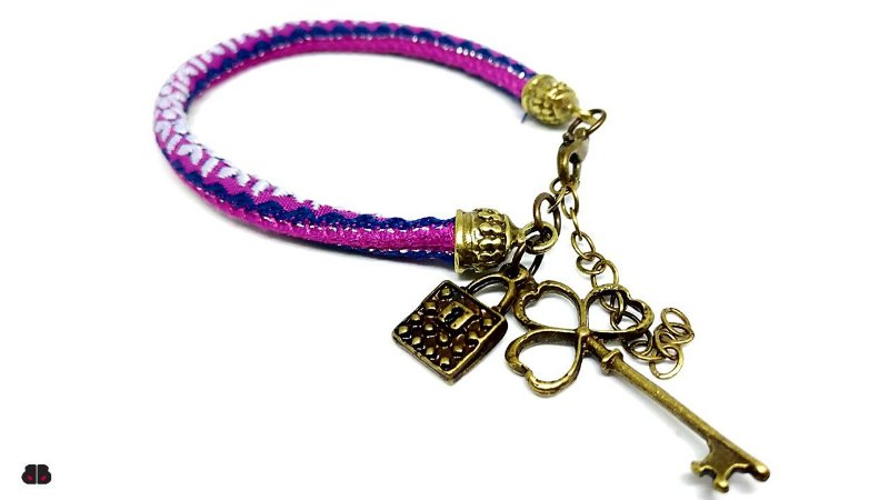 Pulseira Peruana Lilás e Azul com Pingentes Cadeado e Chave ouro velho