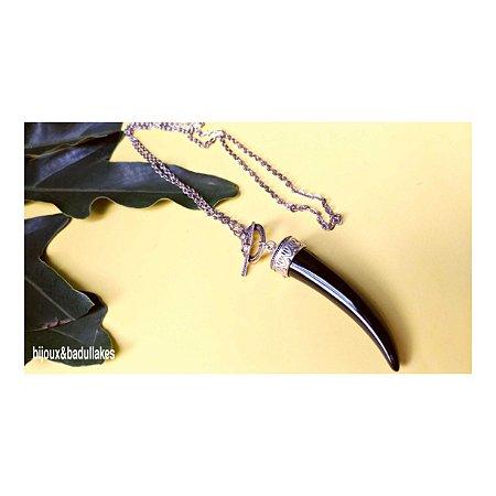 Colar longo prateado e dente de resina preto paloma