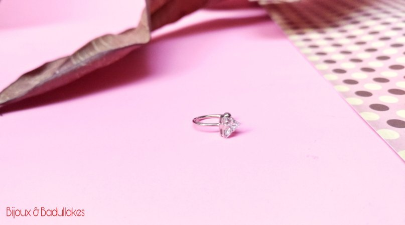 Piercing fake prata triangulo de zirconia.