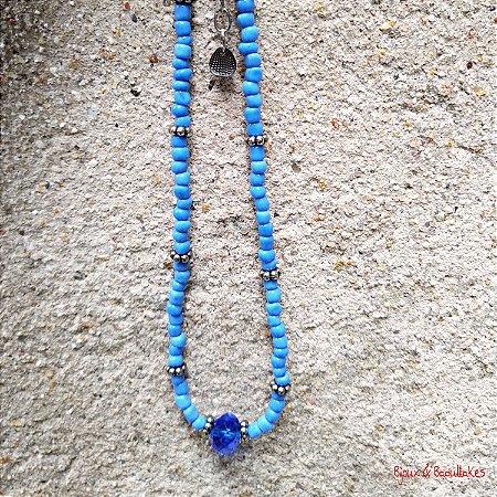 Colar de missangas azul claro e cristal