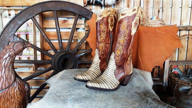 bota texana country feminina cano alto trabalhado inverno forrada bico fino  aladdim couro imitação de tatu salto solado em couro costurado a mao feita  sob ... dd31d4b57fa