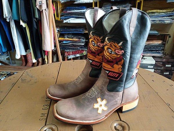 Bota Texana Country cano médio Bordado Curral De Elite com espora na lateral do pé numero 44 solado em couro amadeirado