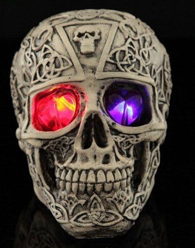 Caveira Skull 2 Em Resina Com Crânios Que Acende Os Olhos