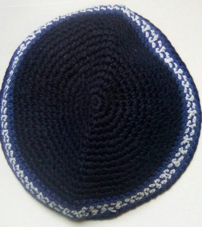 Kipá de crochê azul marinho com detalhes na borda em branco e azul claro - 15cm