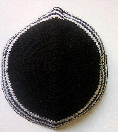 Kipá de crochê preta com borda branca - 15cm