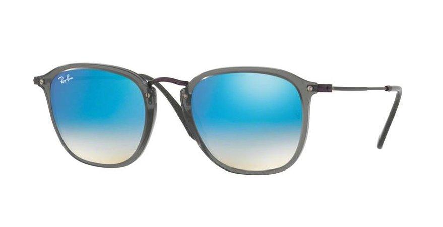 1bfc4290ebff4 Óculos de Sol Ray-ban Quadrado Cor Cinza com Lentes Espelhadas Cor Azul e  Hastes