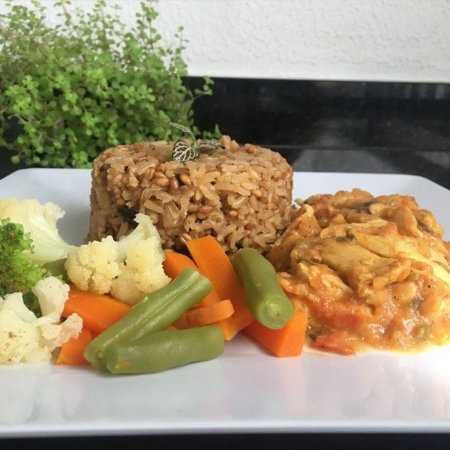Escalope de frango ao molho curry com arroz 7 cereais e mix de legumes