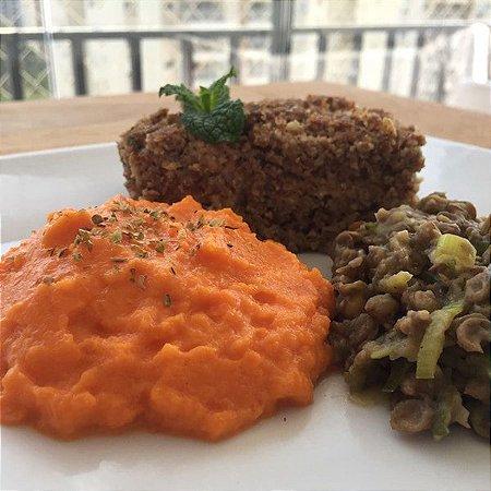 Kibe de forno, lentilha salteada com alho poró e purê de cenoura