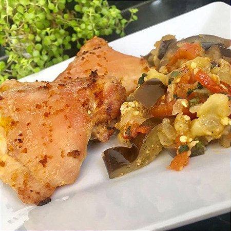 Sobrecoxa de frango assada com ratatouille de beringela