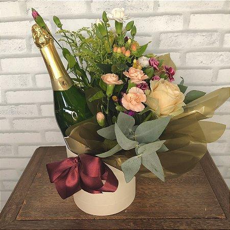 Cesta com espumante e arranjo floral