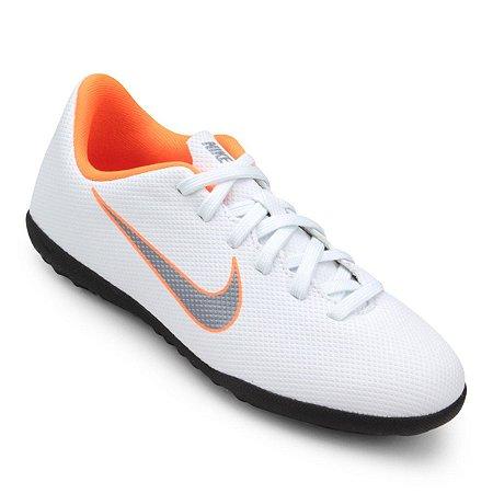 926e896196a71 Chuteira Suíço Nike Mercurial Vaporx 12 Club Branco Prata Laranja ...