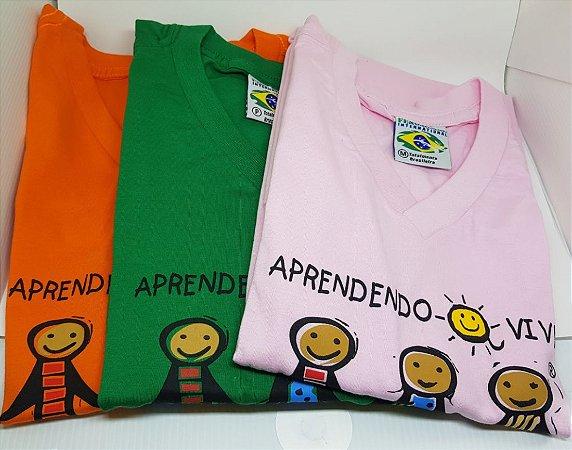 Camiseta colorida decote em V