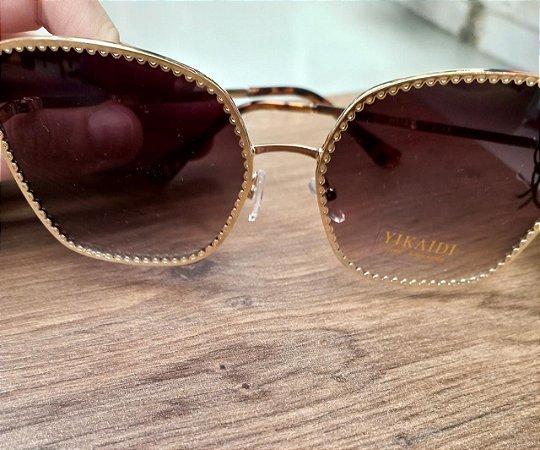 Óculos de sol feminino detalhe na lente