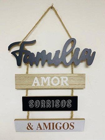 """Plaquinha Decorativa Frase: """"Família, amor, sorrisos e amigos"""""""