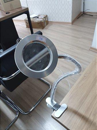 Luminária LED móvel e articulável com lente de aumento PEQUENOS RISCOS QUASE IMPERCEPTÍVEIS (Nº5)