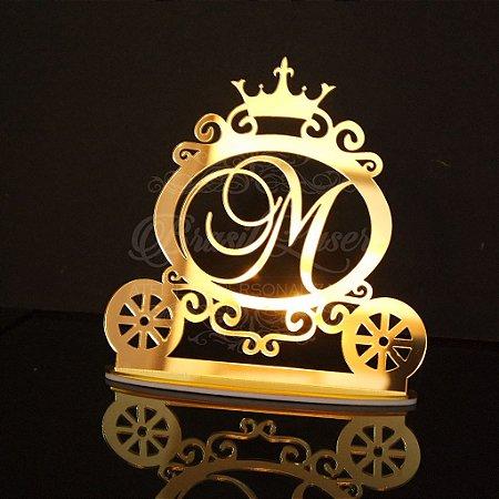 Topo de Bolo Carruagem Princesa Príncipe com Coroa (Personalizado com Inicial da Debutante XV 15 Anos ou Aniversariante que o Cliente Desejar) - TBV 01055B