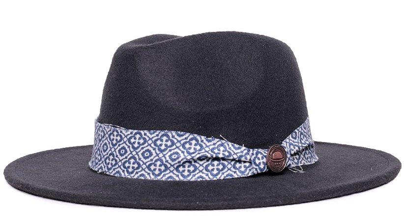 Chapéu Fedora Feltro Preto Aba Média 7cm Faixa Azul e Branca Coleção Ethnic