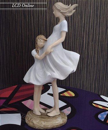Escultura mãe grávida e filha