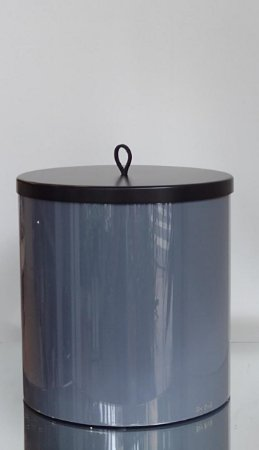 Lixeira Redonda Cinza e Preta de resina com tampa de metal 4L
