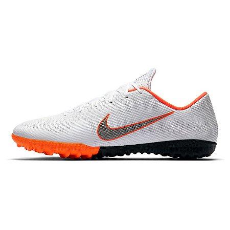 Chuteira Society Nike Mercurial Vapor 12 Academy Masculina - Branco e Cinza 93989bdee158d