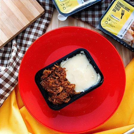 Carne louca desfiada com Purê de Batatas, arroz branco e feijão 320g