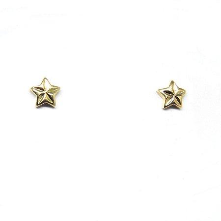 Brinco pequeno estrela detalhada folheado em ouro 18k