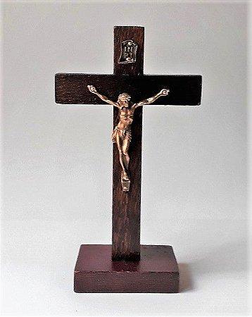 Crucifixo de mesa em madeira, Cristo em metal, verniz fosco. 13cm