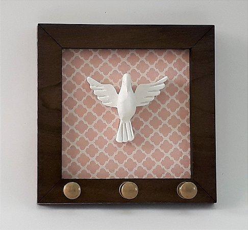 Porta-chaves Espírito Santo. Cor Rosa, em Madeira, MDF, resina. Medida 11x11 cm