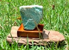 Amazonita mini com Base de Madeira  - Signo de Aquário - Pedra 2021