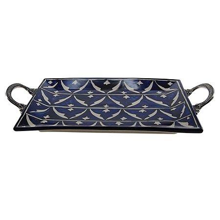 Bandeja de cerâmica azul e branca, com alças de metal - 46cm