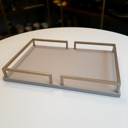 Bandeja de madeira nude e metal dourado - 47 x 31 cm