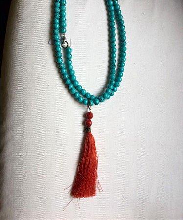 colar de 2 voltas em resina turquesa e tassel vermelho