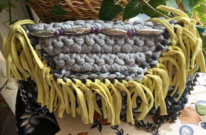 bolsa em fio de malha com franjas ,forrada  e com corrente  de ferro .