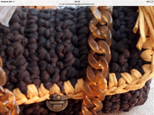 bolsa em fio de malha cor cinza petroleo e mostarda com corrente em elos de resina tartaruga