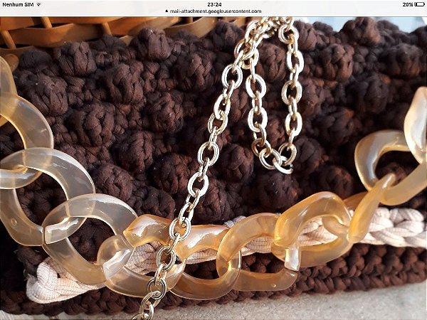 bolsa em fio de malha marrom e bege ponto pipoca com duas correntes uma de resina curta e uma longa dourada