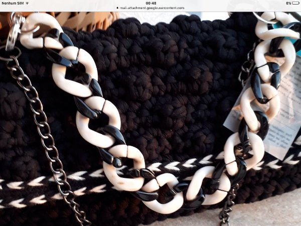 bolsa em  fio de malha preta ponto pipoca ,com passamanaria e duas  correntes de resina e metal