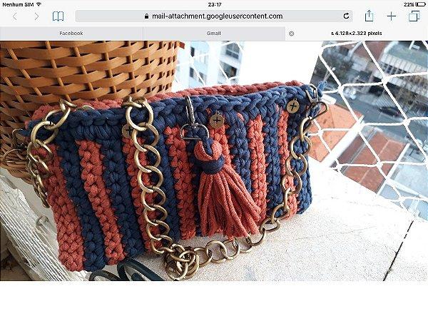 bolsa tiracolo em fio de malha em duas cores telha e marinho e uma corrente grossa ouro velho