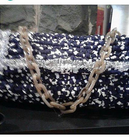 bolsa fio de malha azul marinho com branco ,corrente de resina