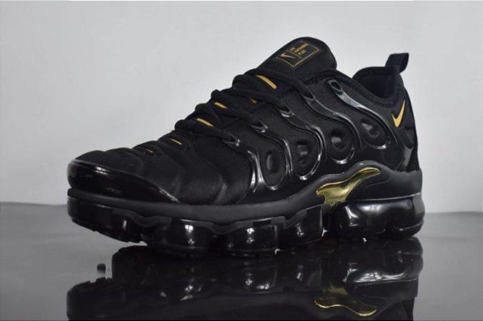 6ca082be447 Tênis Nike Air Vapormax Plus Preto e Dourado - Outlet Magrinho - Os ...