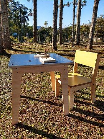 Mesa Infantil com uma cadeira