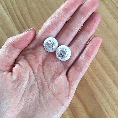 Brinco de pedra redonda esmaltado branco
